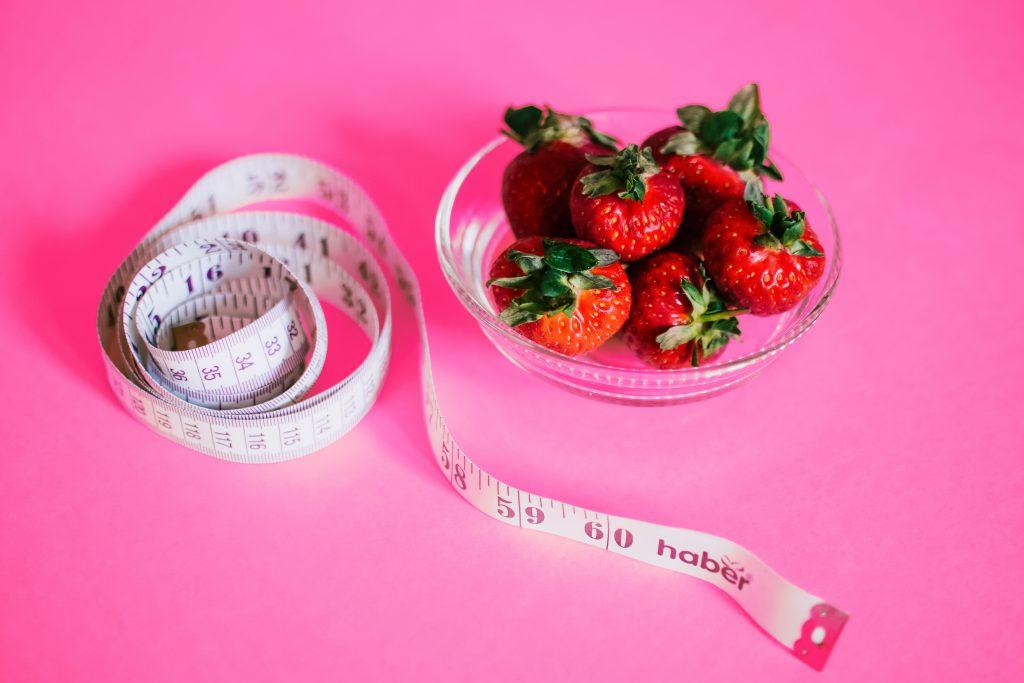 perdere peso: frutta da mangiare e un metro per misurarsi