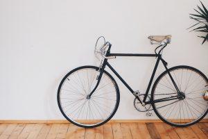 less is more, biciletta su una parete nuda è un'icona del minimalismo