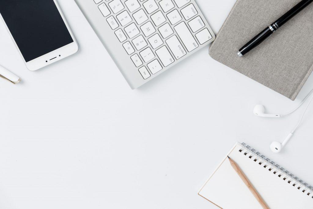 attività online: smartphone e tastiera di pc come strumenti
