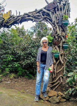 avocado coltivazione: io all'ingresso di un aguacatero