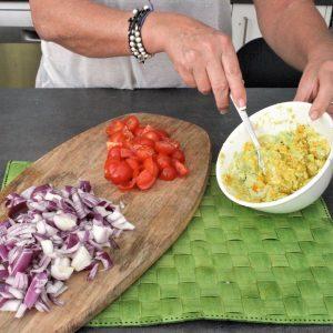 avocado ed altri ingredienti mostrati per ricetta pasta guacamole